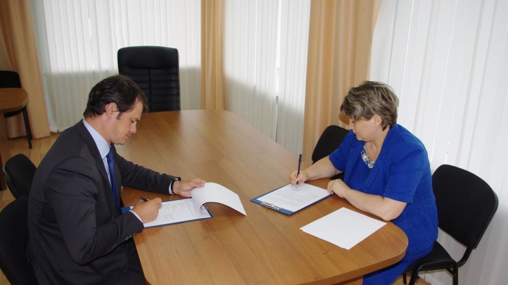 Александр Прасолов и Наталия Конычева подписывают соглашение об оказании бесплатной юридической помощи pro bono